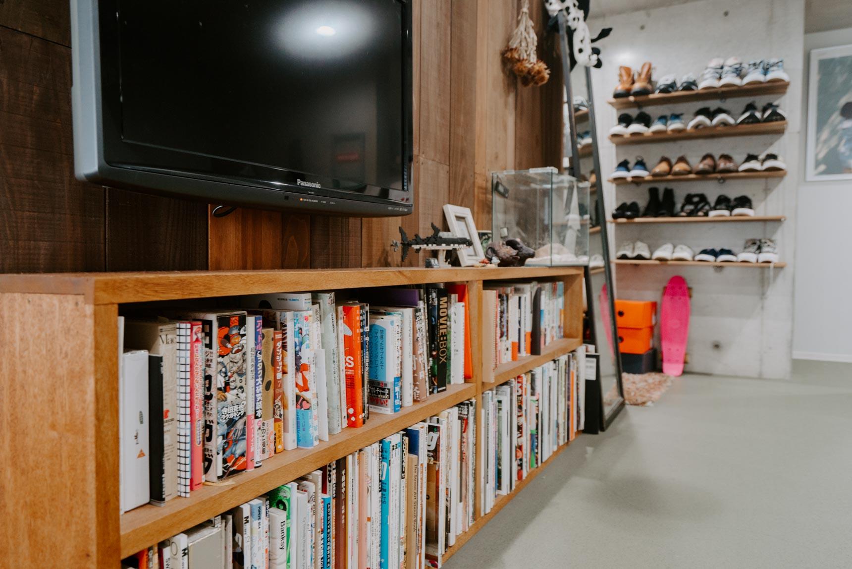下の部分には、飾り棚と本の収納を兼ねたローシェルフをおいて。