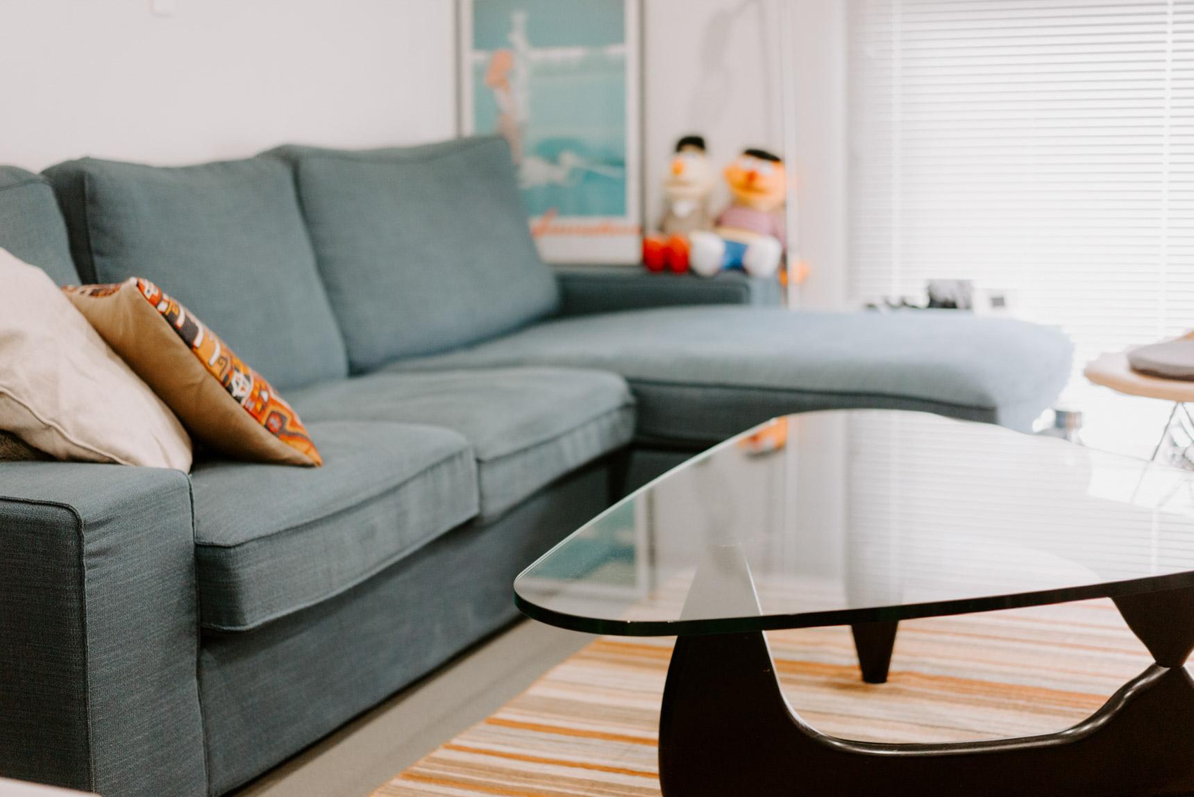 ソファも、この部屋に合わせてIKEAの大きなサイズのものに買い替え。テーブルはイサム・ノグチの不朽の名作、コーヒーテーブルのリプロダクト。