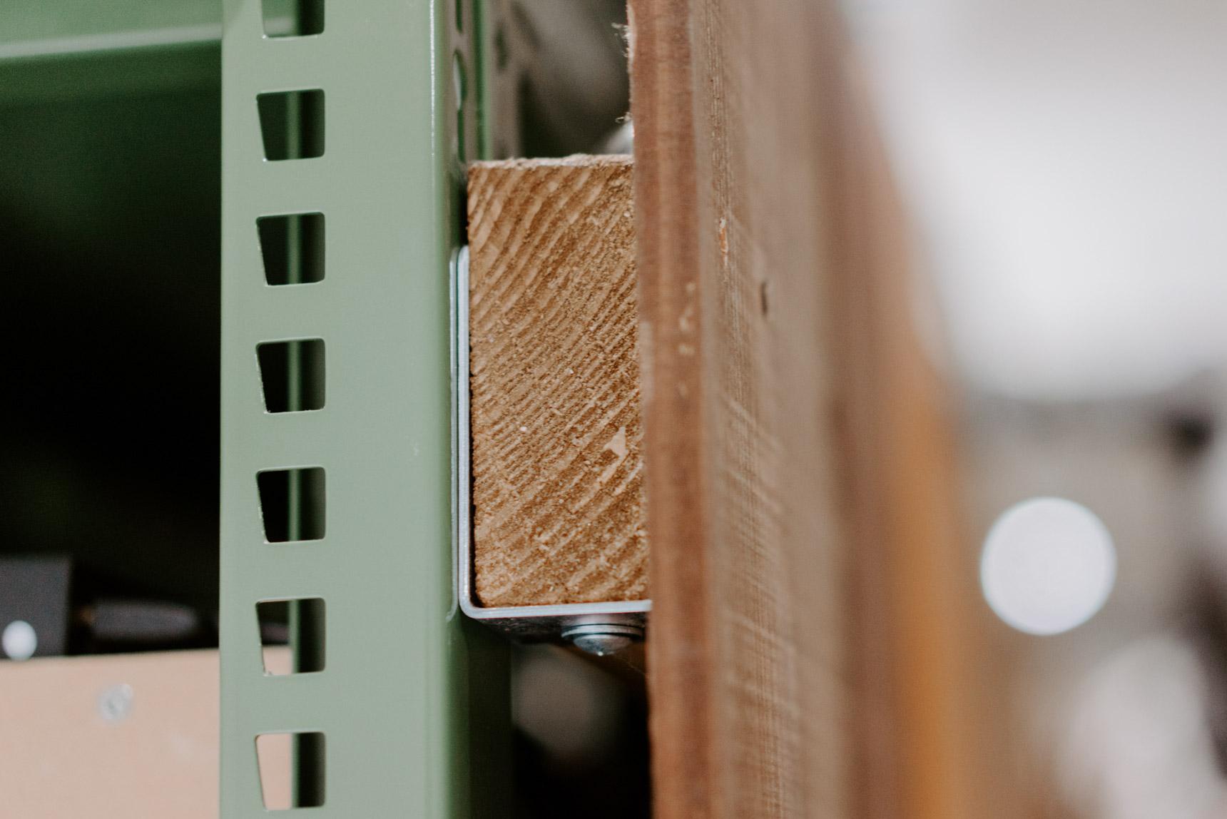 L字金具と木材を組み合わせて、スチールラックに板を打ちつけます。