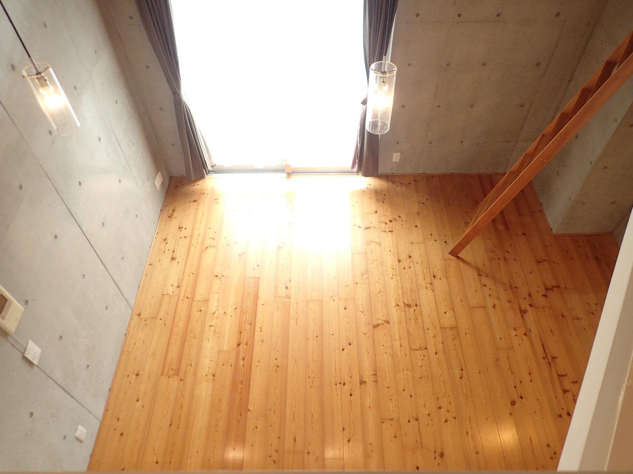 こだわりはもちろん、杉をふんだんに使った無垢床。本物の木材を使用しているので、ひとつひとつ違う顔をしているのが個性的でいいですよね。
