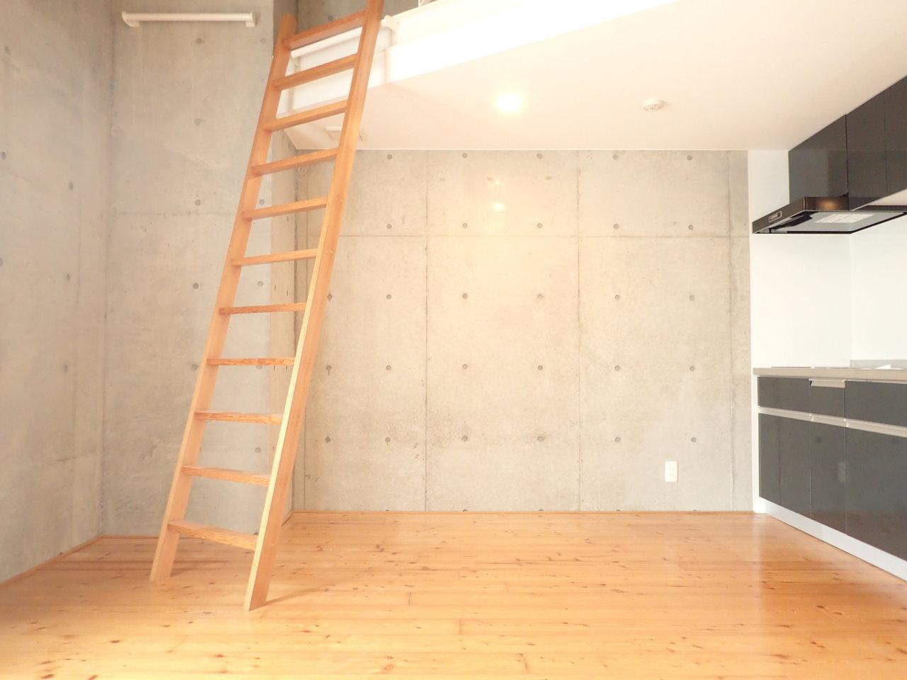間取りはワンルームですが、ロフトがあり使えるスぺースが多いので、広めに感じられるお部屋です。ロフトの分、天井が高いこともあり、かなり開放的な造りになっています。