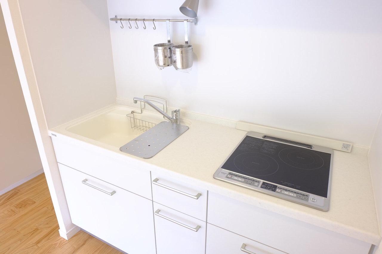 キッチンは掃除がしやすいIHタイプ。ステンレスではなく白を基調としたシンクなので、水滴汚れなどが目立ちにくくていいですね。