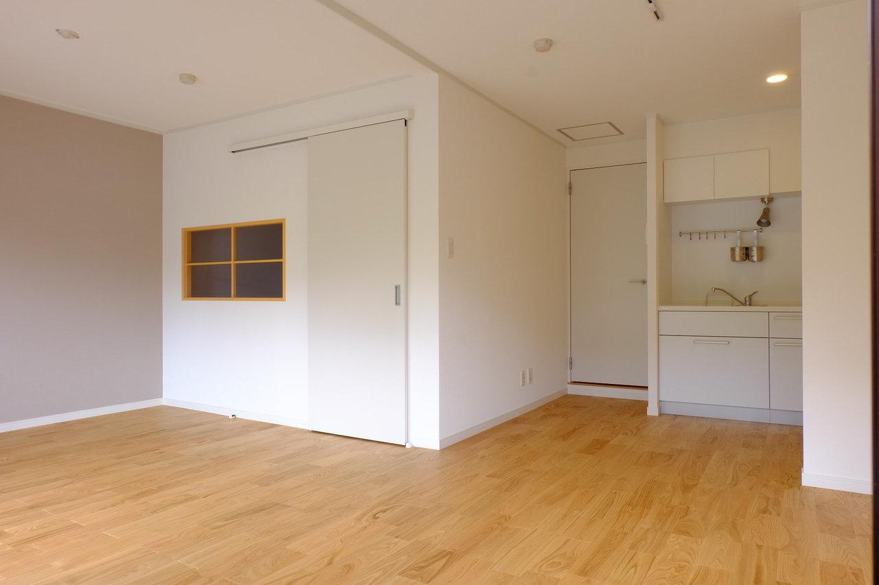 こちらのお部屋は、goodroomのオリジナルリノベーション「TOMOS」仕様になっています。TOMOSでは必ず、無垢床を使用していて、今回は耐水性の高いオーク材を使用しています。
