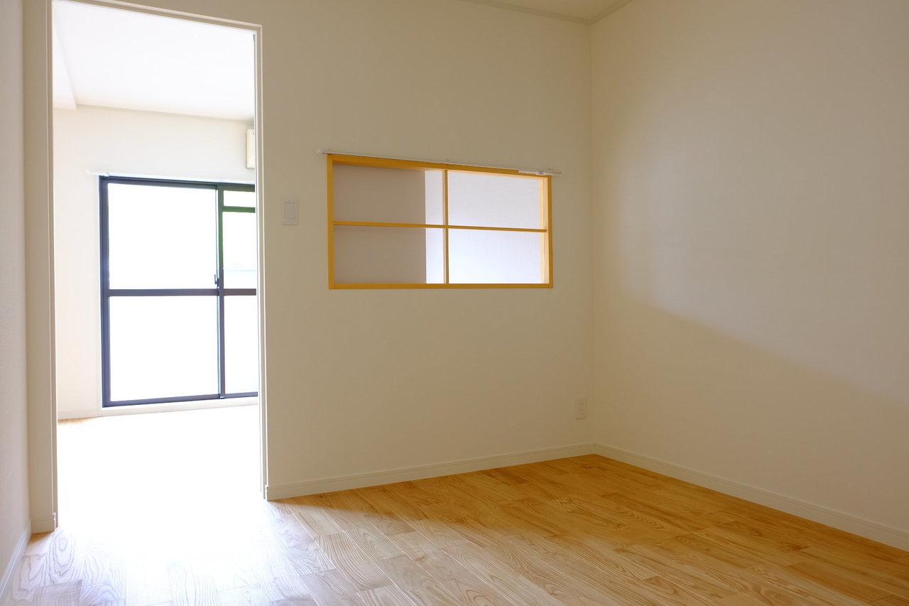 ポイントは、寝室とリビングをつなぐこの小窓。かわいらしいアクセントになりますね。カーテンレールもついているので見せたくない時、リビングの明かりを遮断したいときにはカーテンを閉めればOKです。