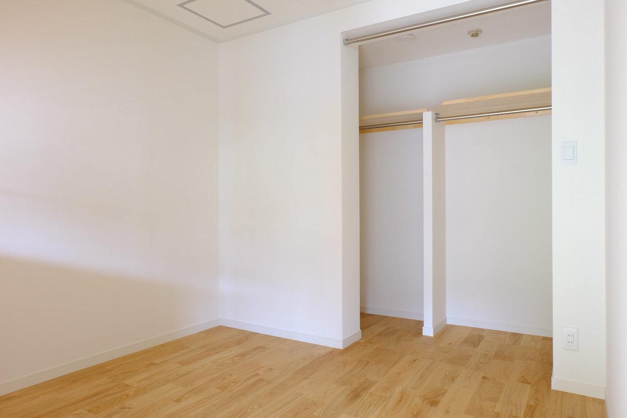 寝室の奥には、なんとウォークインクローゼットが。これだけの広さがあればふたり暮らしも難なくできそうです。