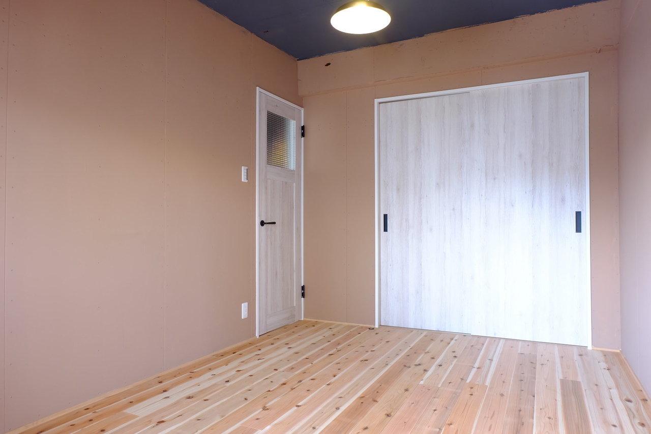 寝室はこちら。こちらも無垢床です。扉の木材もおしゃれ。こういう些細なデザイン性が生活する上では大事だったりするんですよね。