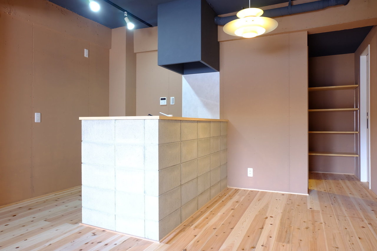 杉の無垢材がふんだんに使われたこちらのお部屋は、デザイン性も高いのが特徴。なんといってもこのキッチン。ブロックを積み重ねたような、シンプルだけどどっしりしたテイスト。入ってすぐに目をひきますね。
