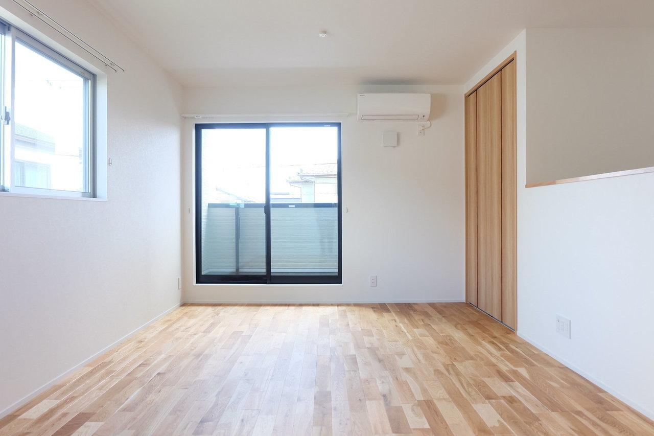 家族みんなが集まるリビングは16.5畳。一面に張られた無垢床が室内の雰囲気を暖かくしてくれます。リビング奥にも収納スペースがあるので、よく使うものはこちらにしまっておけばいいですね。