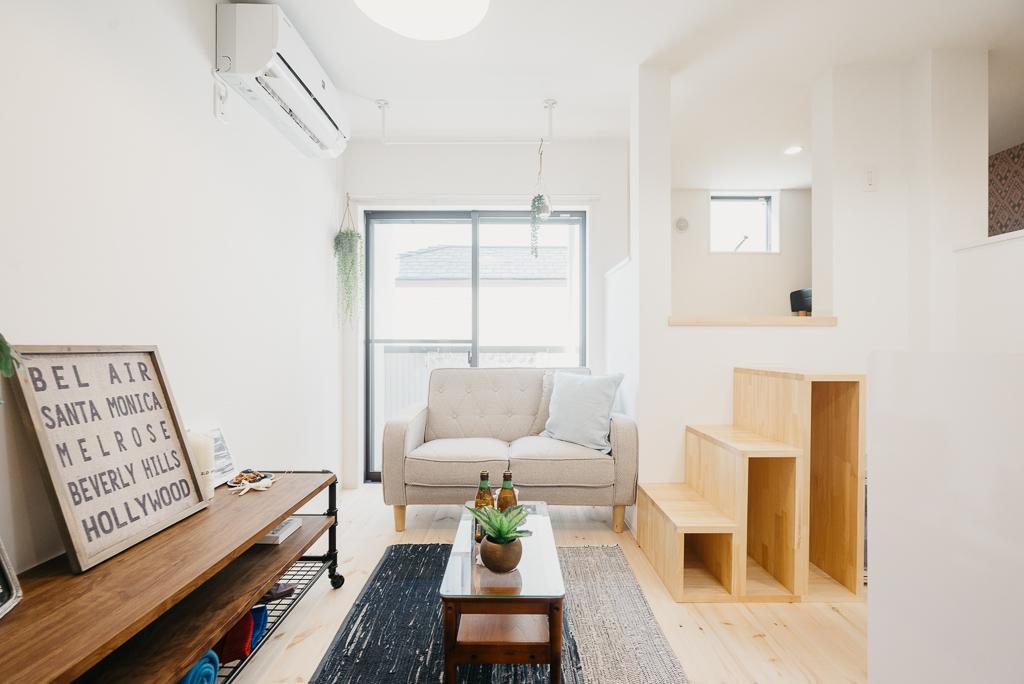 内装で特徴的なのは、部屋が3層構造に分かれている「スキップフロア」という造りになっていること。玄関・リビング・ロフト(寝室)をそれぞれ独立させるために、あえて平面ではなく立体的な造りにしました。そのため、約20㎡という専有面積とは思えないほど、広く感じます。