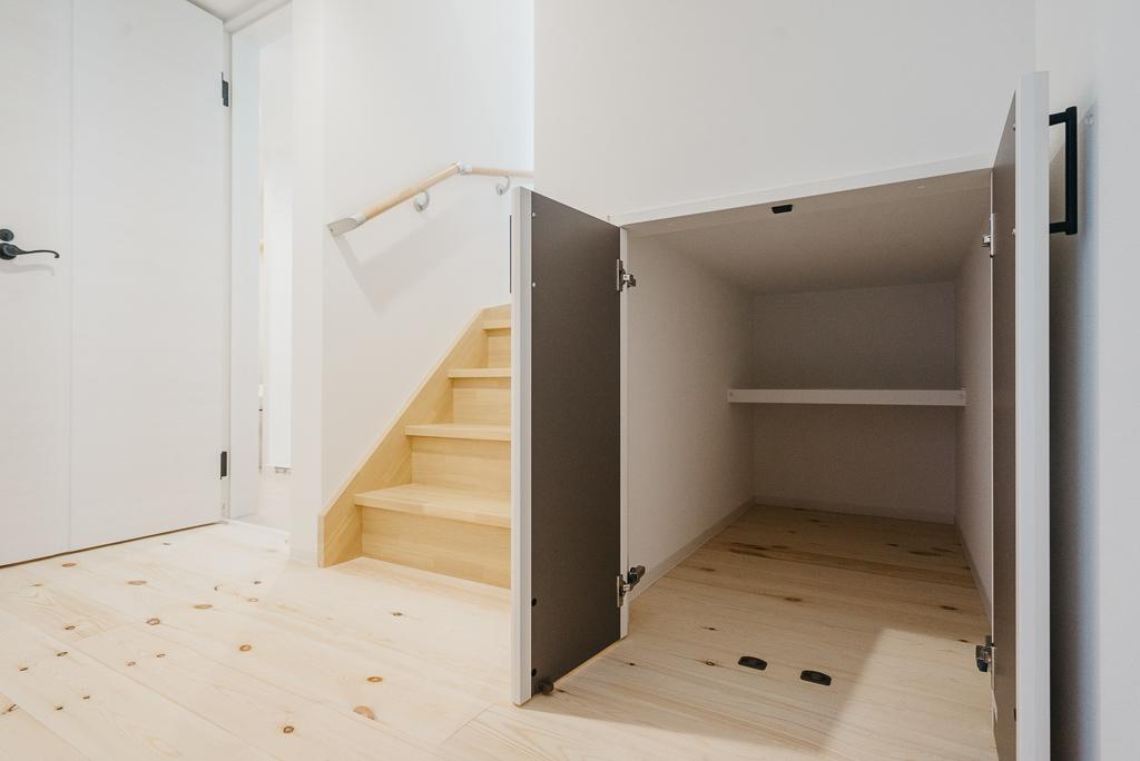 ほかにも、サーフライフを愉しむ方にはうれしい仕掛けも。まず、玄関を入ってすぐのところにあるのは、奥行きのある収納スペースが。もちろん、サーフボードを収納するのに最適なサイズで造られています。(写真は103号室のもの)