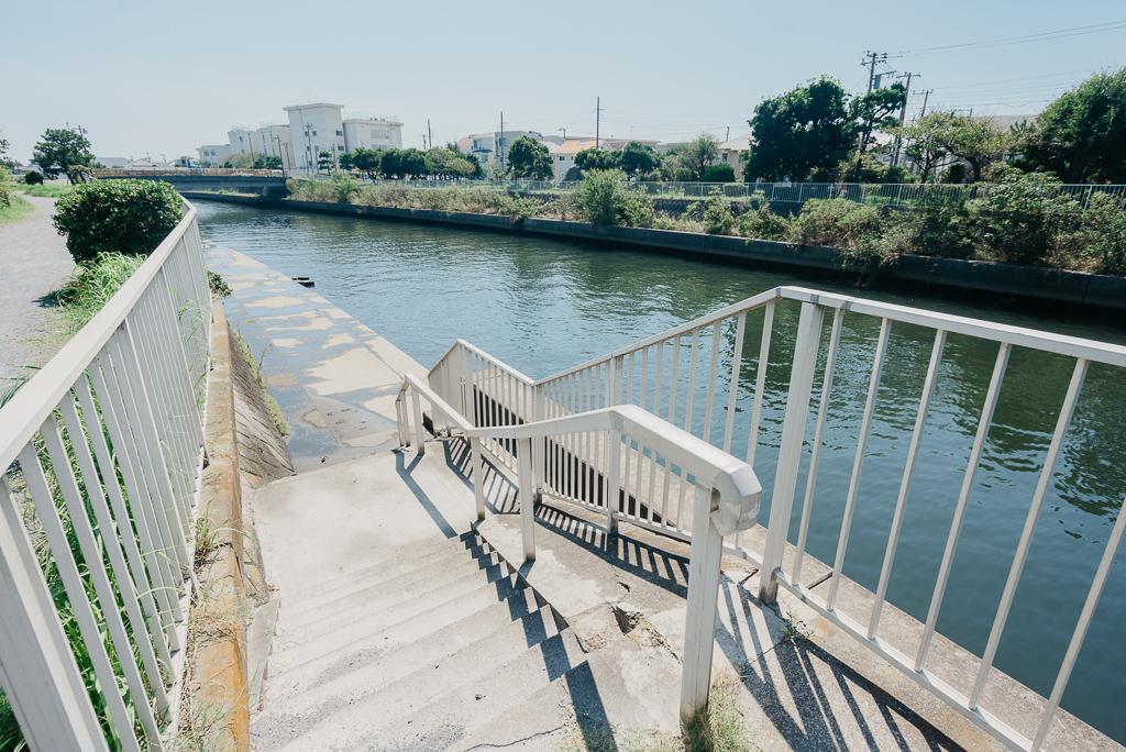 このあたりは海までたどり着く間に、いくつか川が流れており、引地川もそのひとつ。歩道から川へは降りれるように階段がついていて、ここでSUPに乗り、そのまま海まで行ってしまう方もいるそうです。中には、子どもや犬などを乗せて向かう方もいるというので驚きます。本当に、サーフィンを生活の一部として暮らしている方が多いようです。