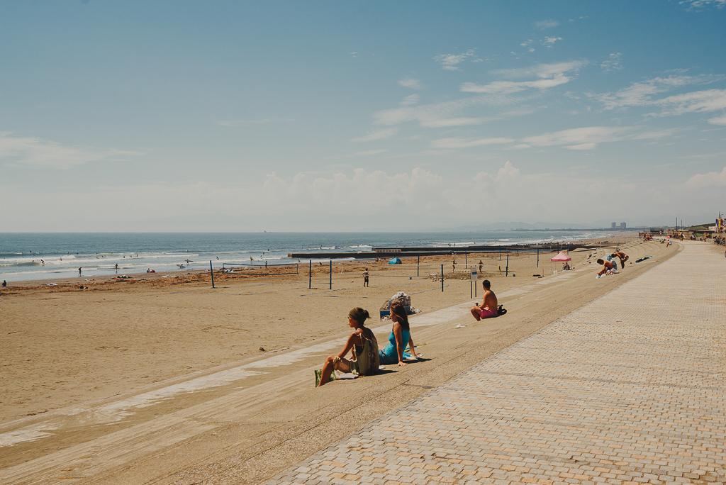 海に入りサーフィンを愉しむ人ばかりでなく、ビーチバレーやサイクリング、ジョギングをしたり、テントを張ってただただビールを飲みながらゆっくりしていたり……。
