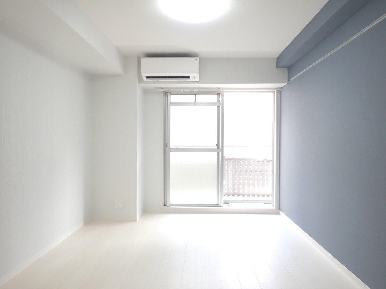 リビングと、もうひとつのお部屋も同じような形で、それぞれ10畳近い広さがあります。淡い色合いの壁紙が落ち着きますね。ひとり暮らしでも、ふたり暮らしでも十分できそうです。