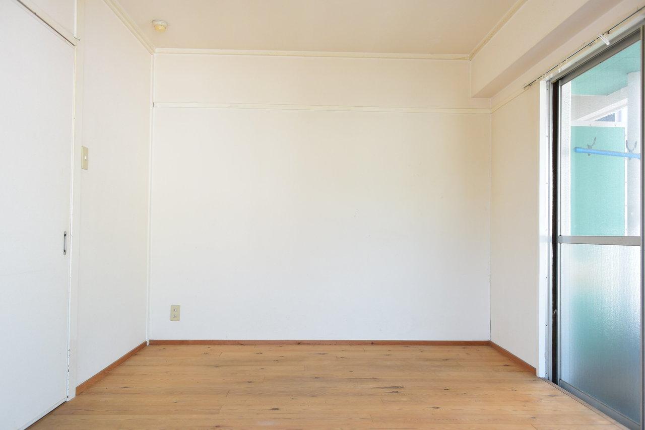 洋室が2部屋ついた2DKタイプ。こちらは白とベージュで落ち着いた印象です。寝室と書斎など、用途によって分けて使うこともできそうですね。どちらのお部屋からもベランダに出ることができます。