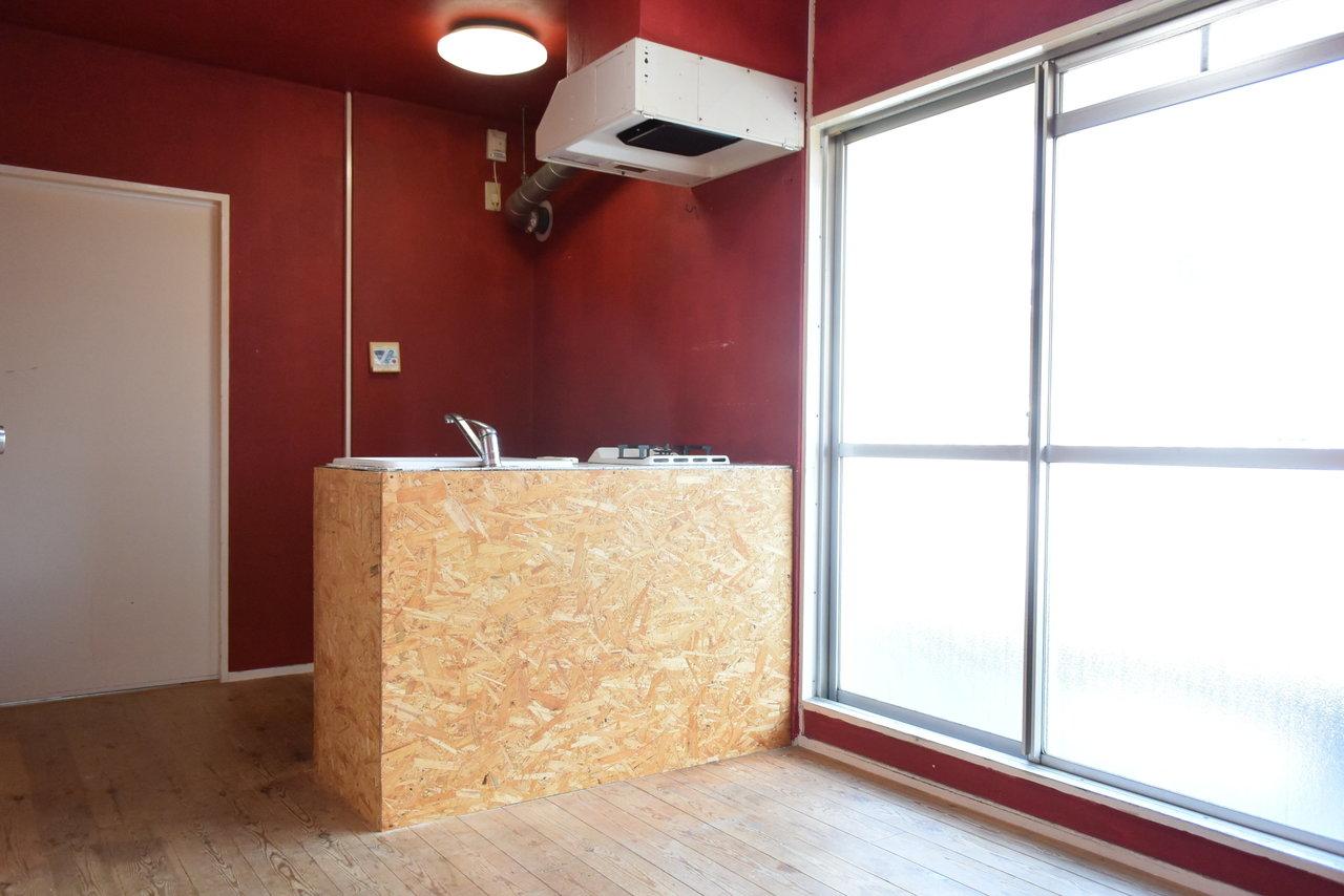 駅からほど近い場所にあるマンション。なんと壁一面が真っ赤に塗り替えられたお部屋なんです。無垢床のあたたかみもあって、一度入ったら忘れられないほど、印象的なお部屋に仕上がっています。