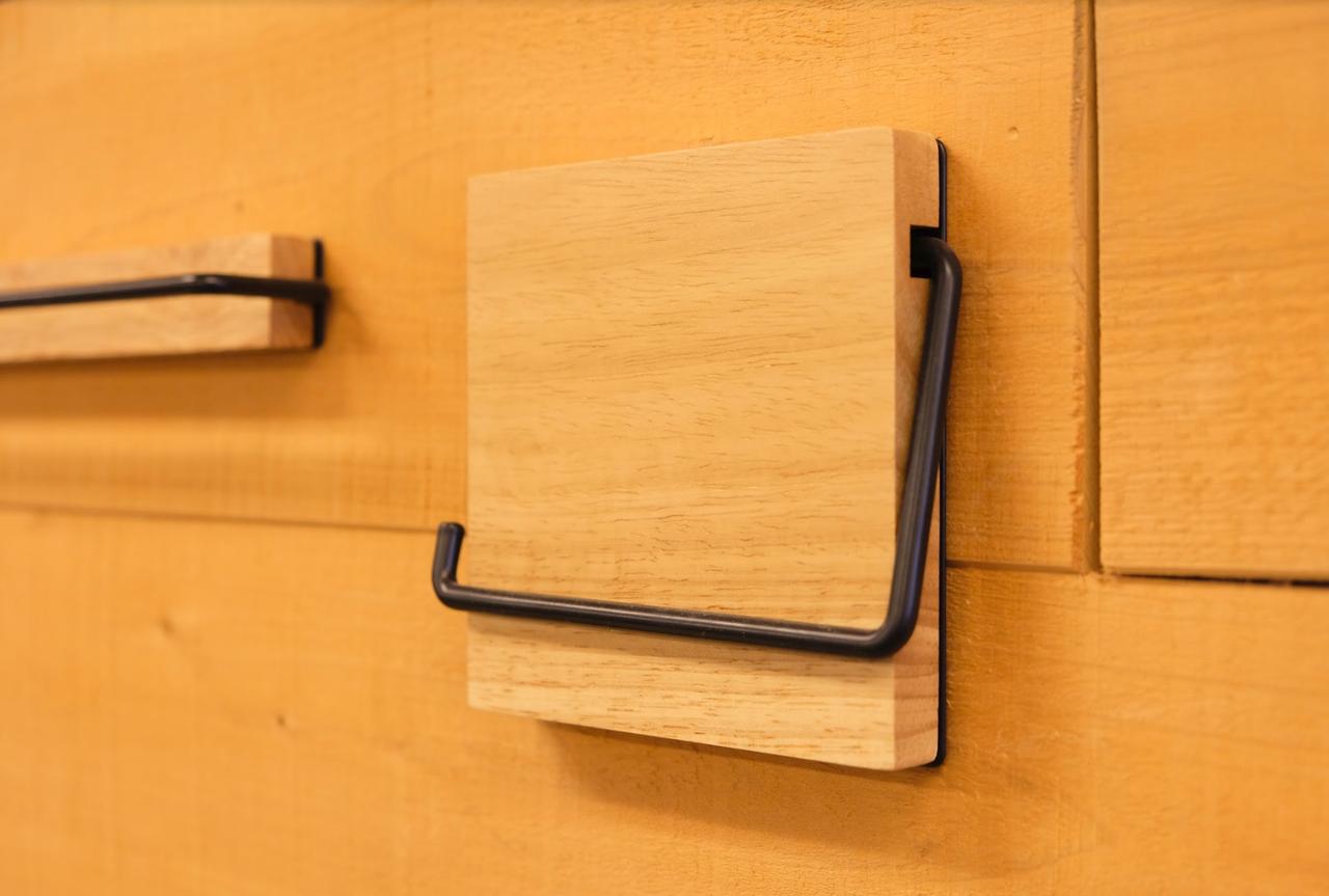 トイレットペーパーのホルダーもアイアンと木材のシックな作りで統一。ここまでできるのも、TOMOSだからこそ!(※写真はイメージです)