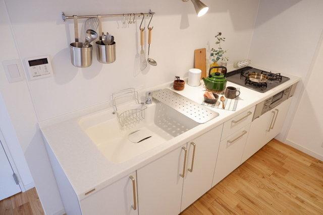 キッチンは、料理もしやすい3口ガスコンロに、グリルつき。忙しい朝も夜も、フル稼働で料理がさばける十分な設備です!(※写真はイメージです)