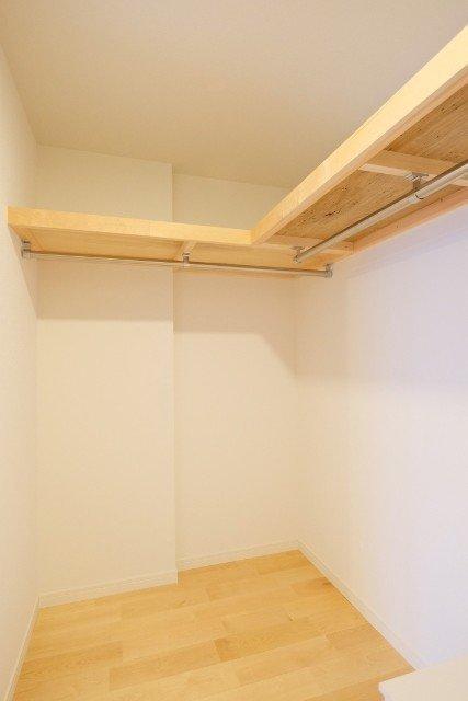 収納スペースには、ウォークインクローゼットを。中の棚の材質まで無垢材にするこだわりです。(※写真はイメージです)
