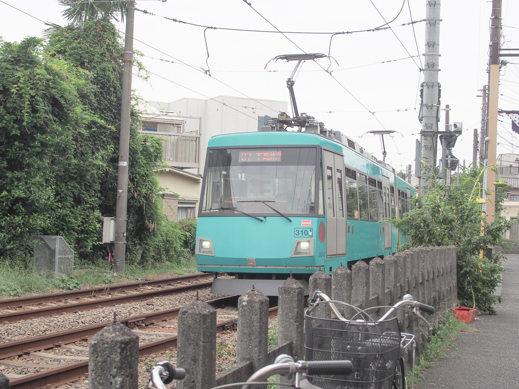 コロンと丸い車両がかわいい、東急世田谷線