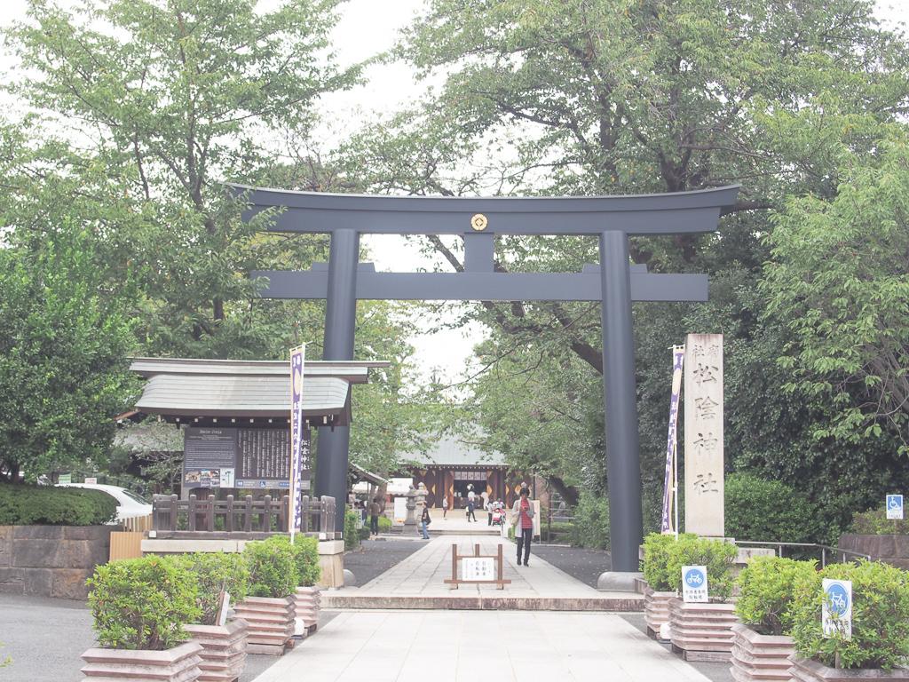 駅からおよそ5分の距離にあるこの神社は、比較的新しい造り。勉強熱心だったという吉田松陰にあやかる、合格祈願の神社として、地域内外の人が多く訪れる場所となっています。