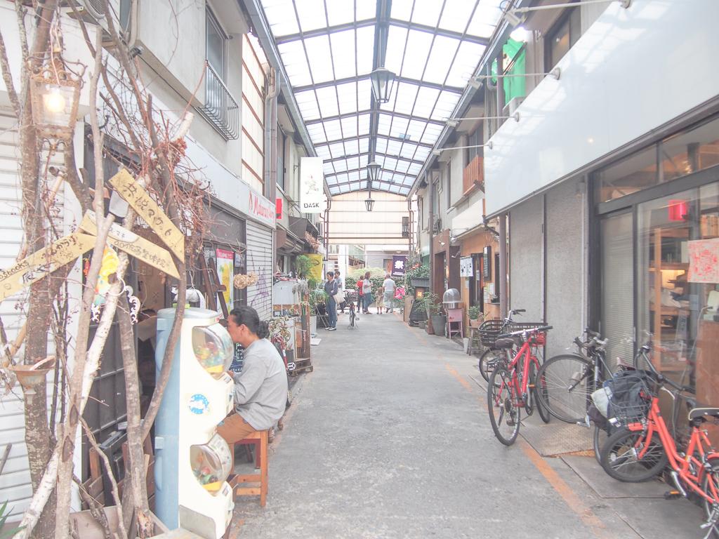 駅前のおしゃれな飲食店が集まる一体。昼間から活気がありました。