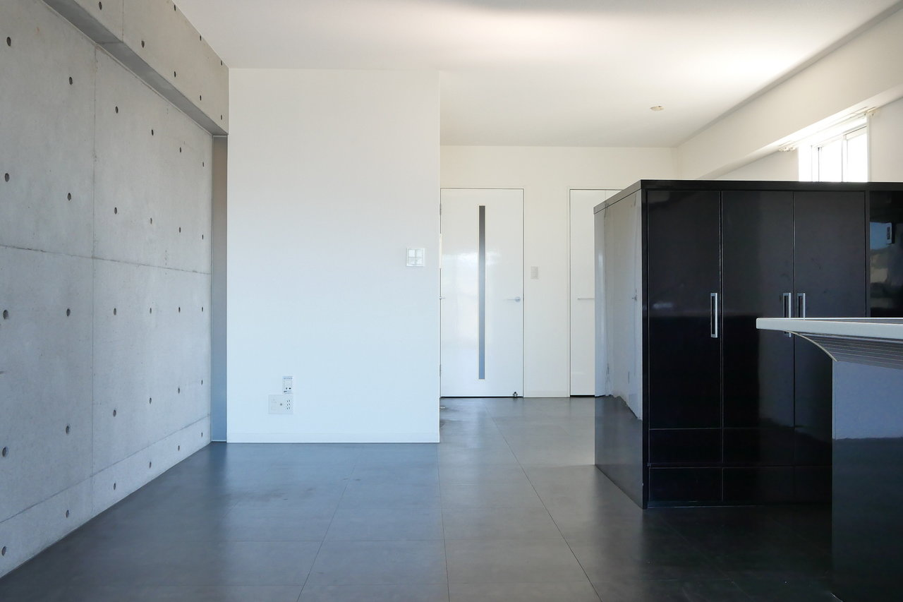ベランダ側から見たところ。壁はコンクリート打ちっ放し、黒と白のモノトーンインテリアでバッチリ決めましょう。