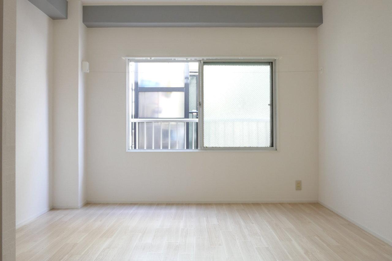 洋室は10畳とゆとりある広さ。床が明るいのでさらに広く見えますよ。