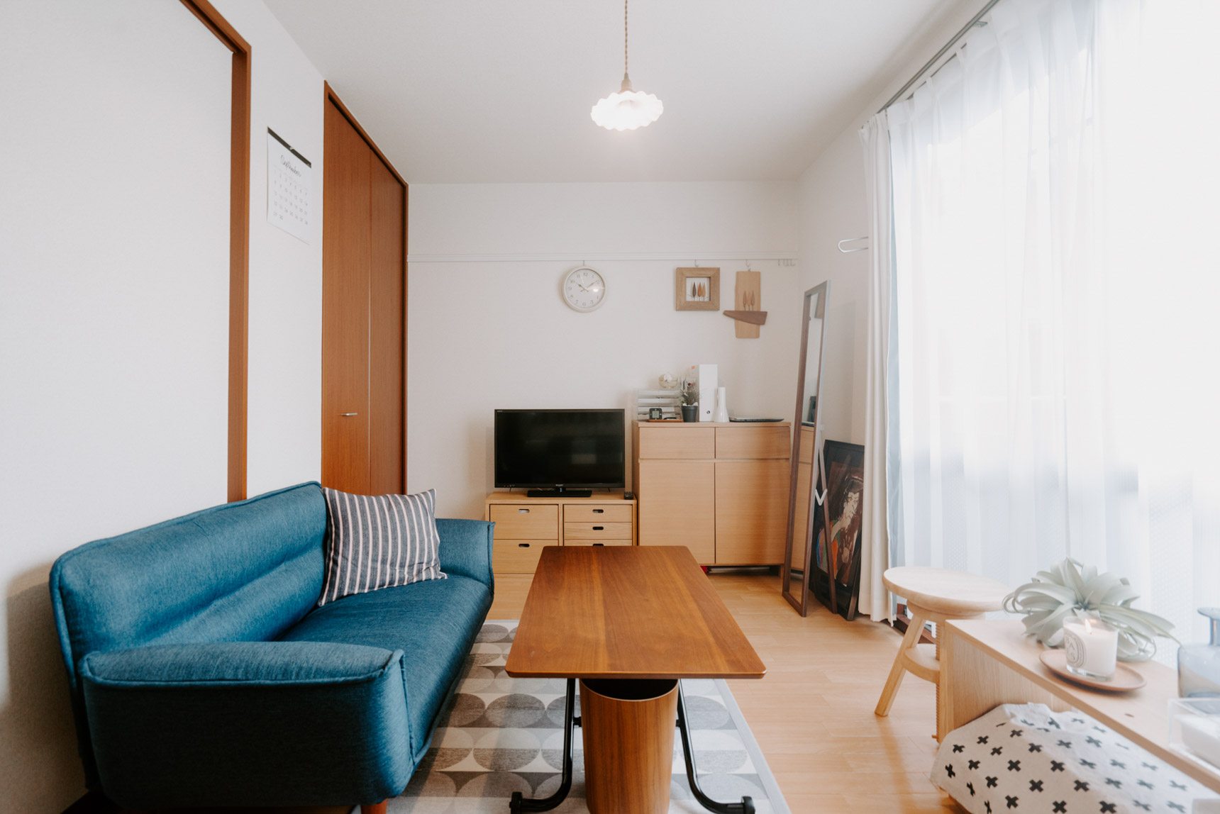 ベッドの対面にあるのは、無印良品の家具。床と色味が揃っていてすっきり見えます。