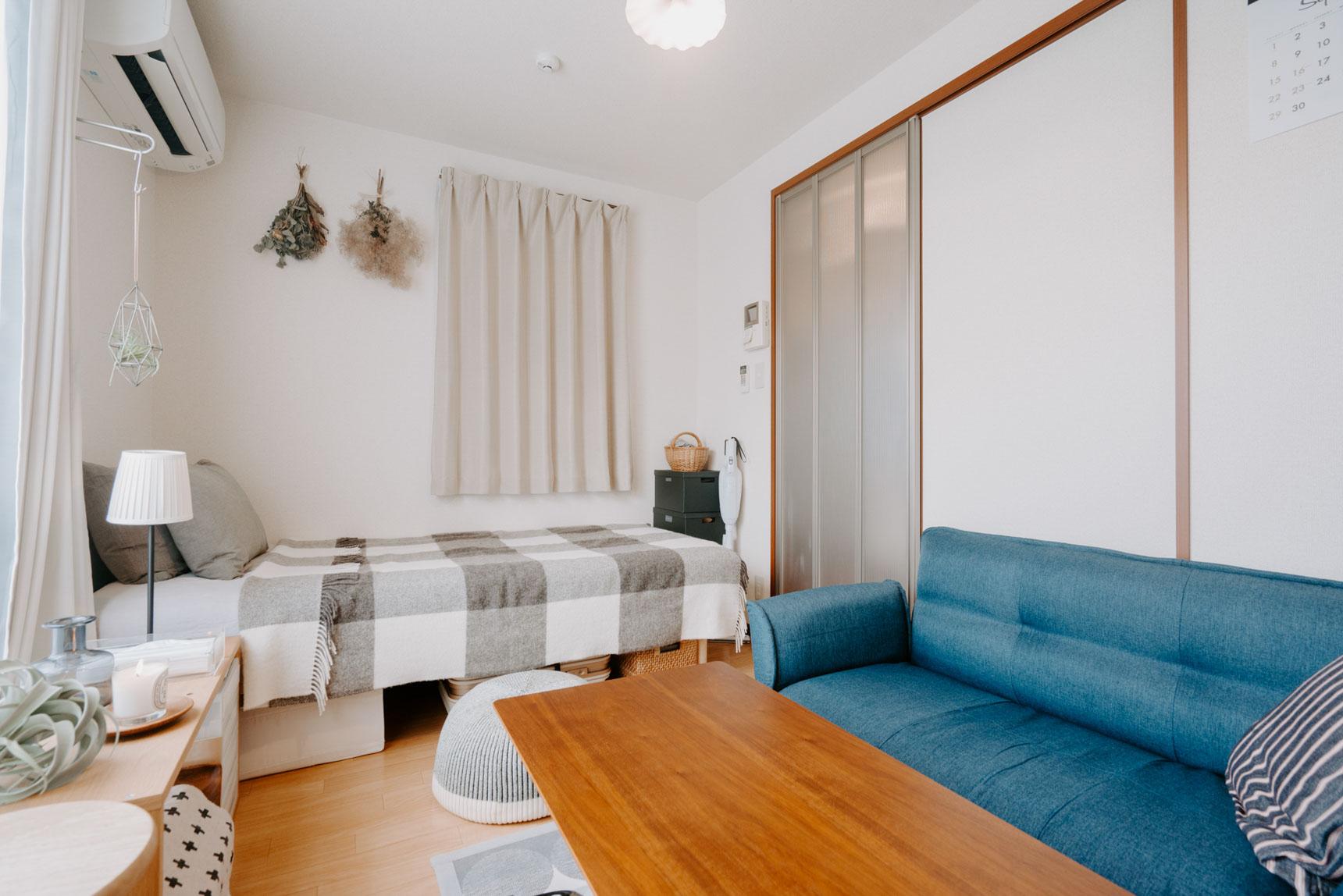 ベッドは無印良品、ソファはRe:CENO(リセノ)。ベッドとソファ、両方をおいても、窮屈に感じません。