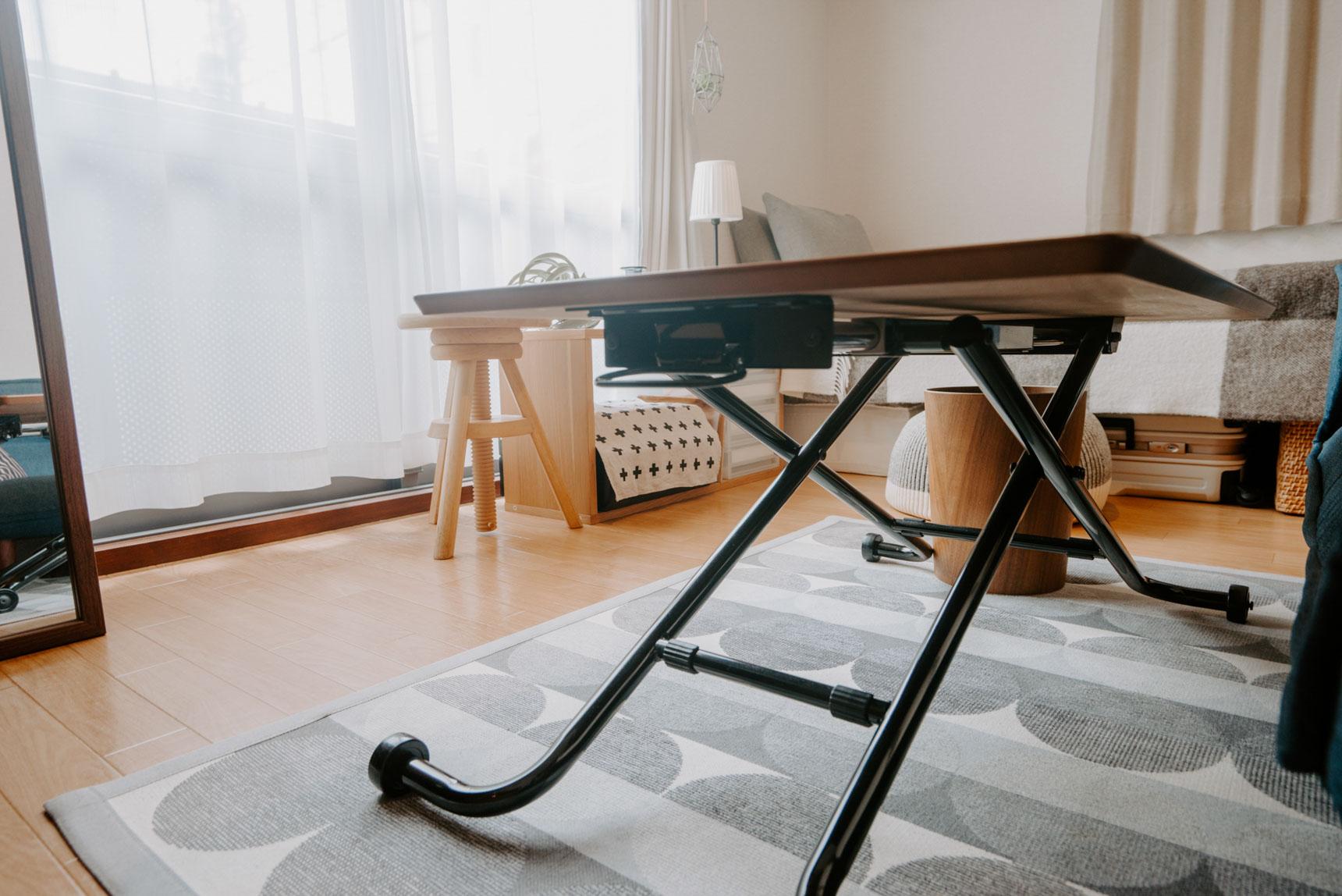ソファの前のテーブルは、NOCEのアジャスタブルテーブル。油圧式で簡単に高さが変えられ、ローテーブルと仕事用のデスクを兼ねています。天板を一番下までおろせばソファの下にしまうこともできてしまう、優れもの。これ、いいなぁ。