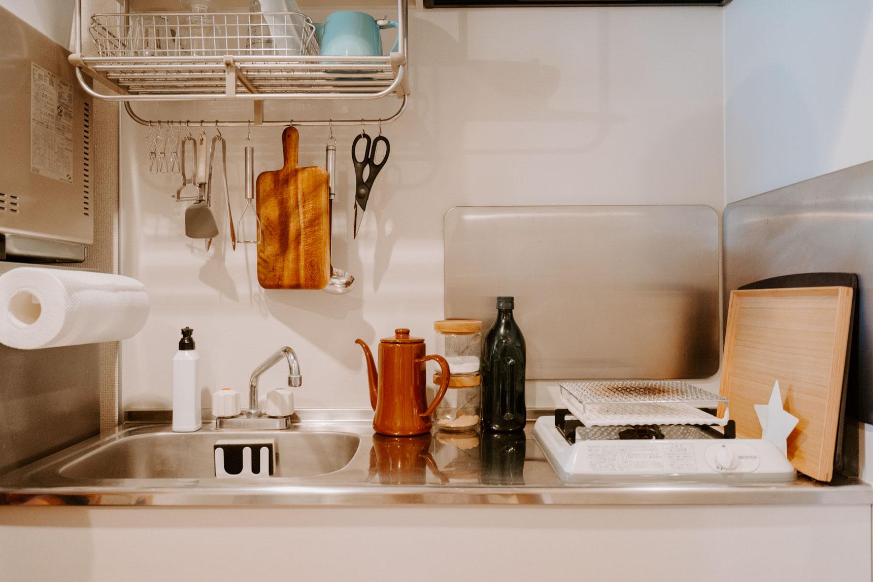 キッチンもご覧の通り、スッキリ。ひとつひとつのものに「定位置」が作られているのがわかります。