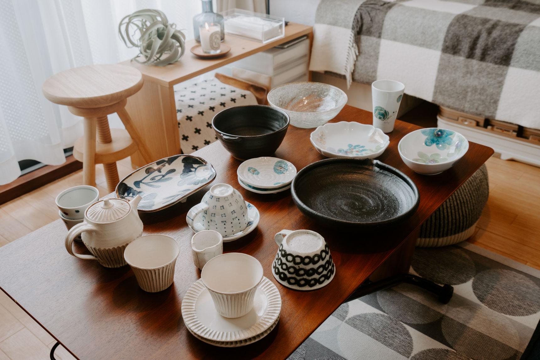 大好きな器も、お気に入りのものがたくさん。地元の愛媛県で購入されたという砥部焼や、旅先で購入したものなど、思い出のつまったコレクションは、しまっておくのではなく、普段から使っています。