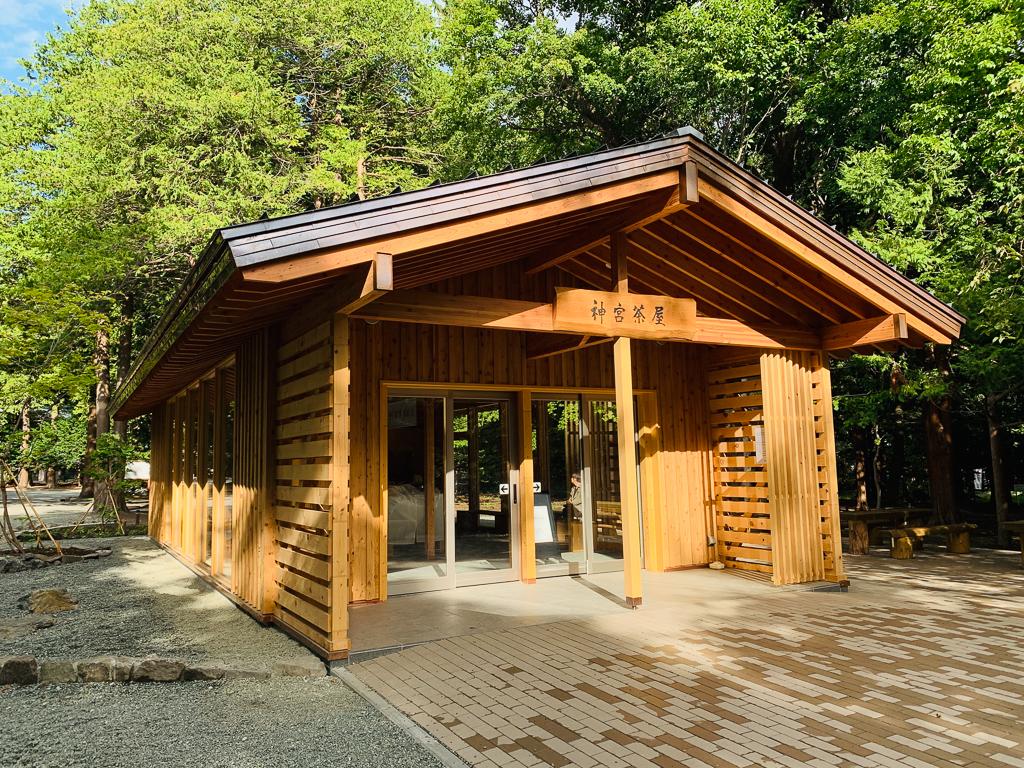 歩き疲れた時は境内に今年9月に新しくできた「神宮茶屋」で一休みしましょう。店内では北海道各地の銘菓や、新鮮な北海道牛乳を使用した「きのとやソフトクリーム」が味わえます。また建物の外には、境内に生えていたご神木を伐採した木で作ったテーブルと、ベンチも設置されていてここでありがたく一休みできますね。