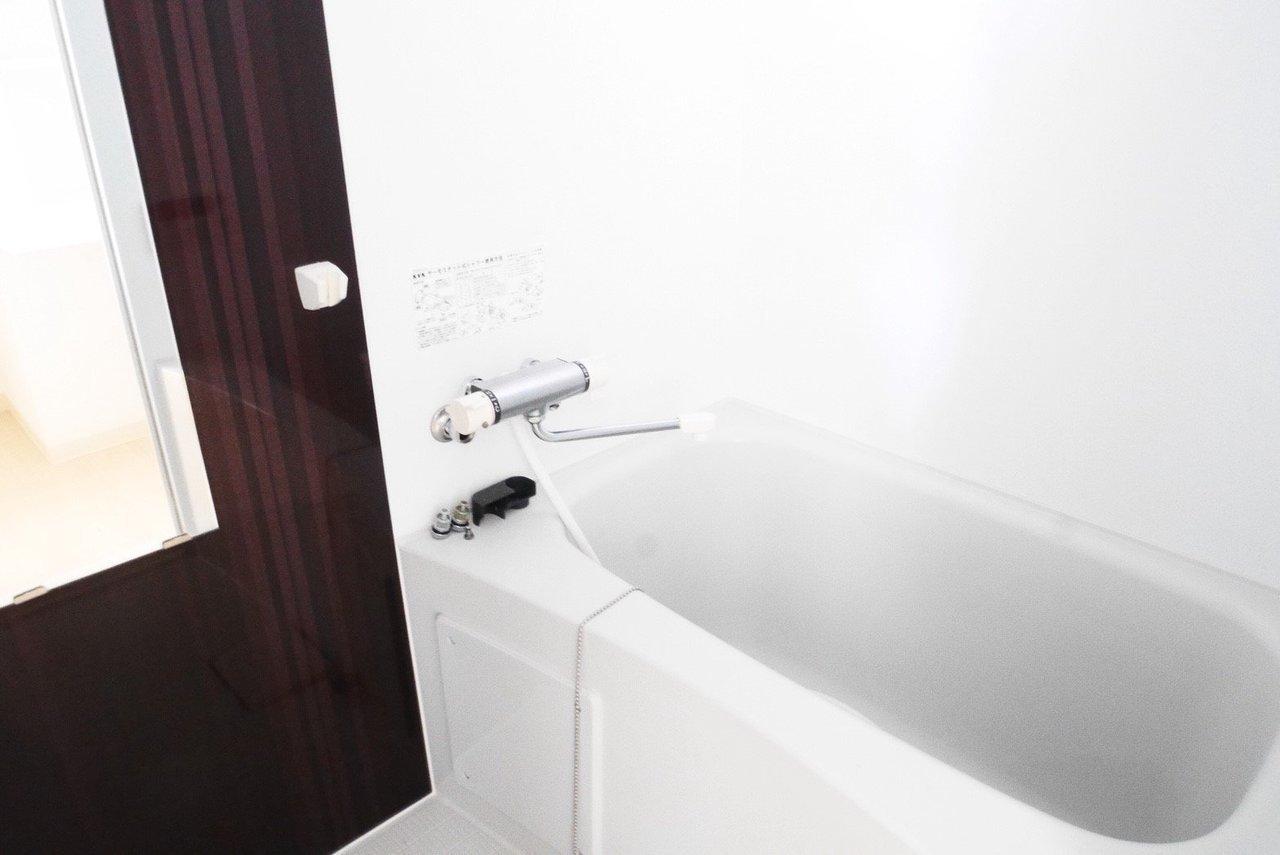 お風呂ゆったりサイズ。追炊き付き&浴室乾燥もありなので、生活時間がバラバラな2人でもありがたい設備です。