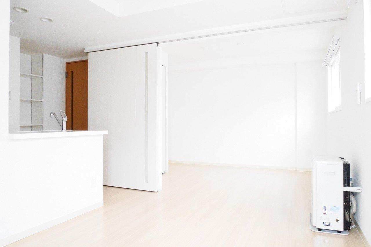 まず室内全体が白を基調としたデザイン性。どんなインテリアも合いそうな空間ですね。白で合わせてもいいし、木目を入れても、色味のある差し色でアクセントにしても◎。