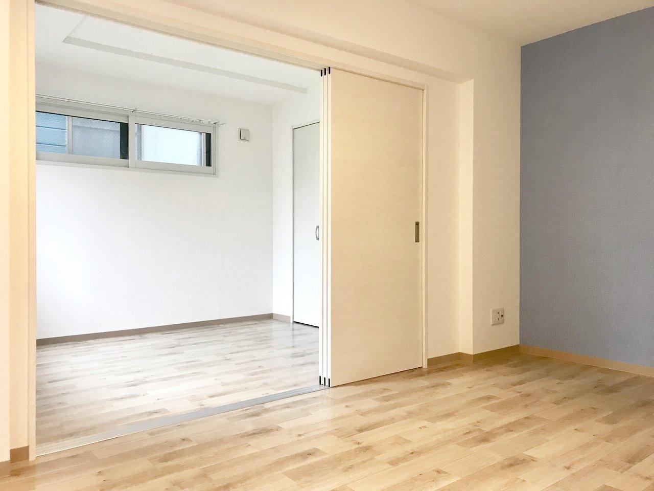 隣のお部屋は床のデザインも統一された洋室です。4.8畳とややコンパクトですが、収納スペースもあり、緑の見える窓もあって大満足。