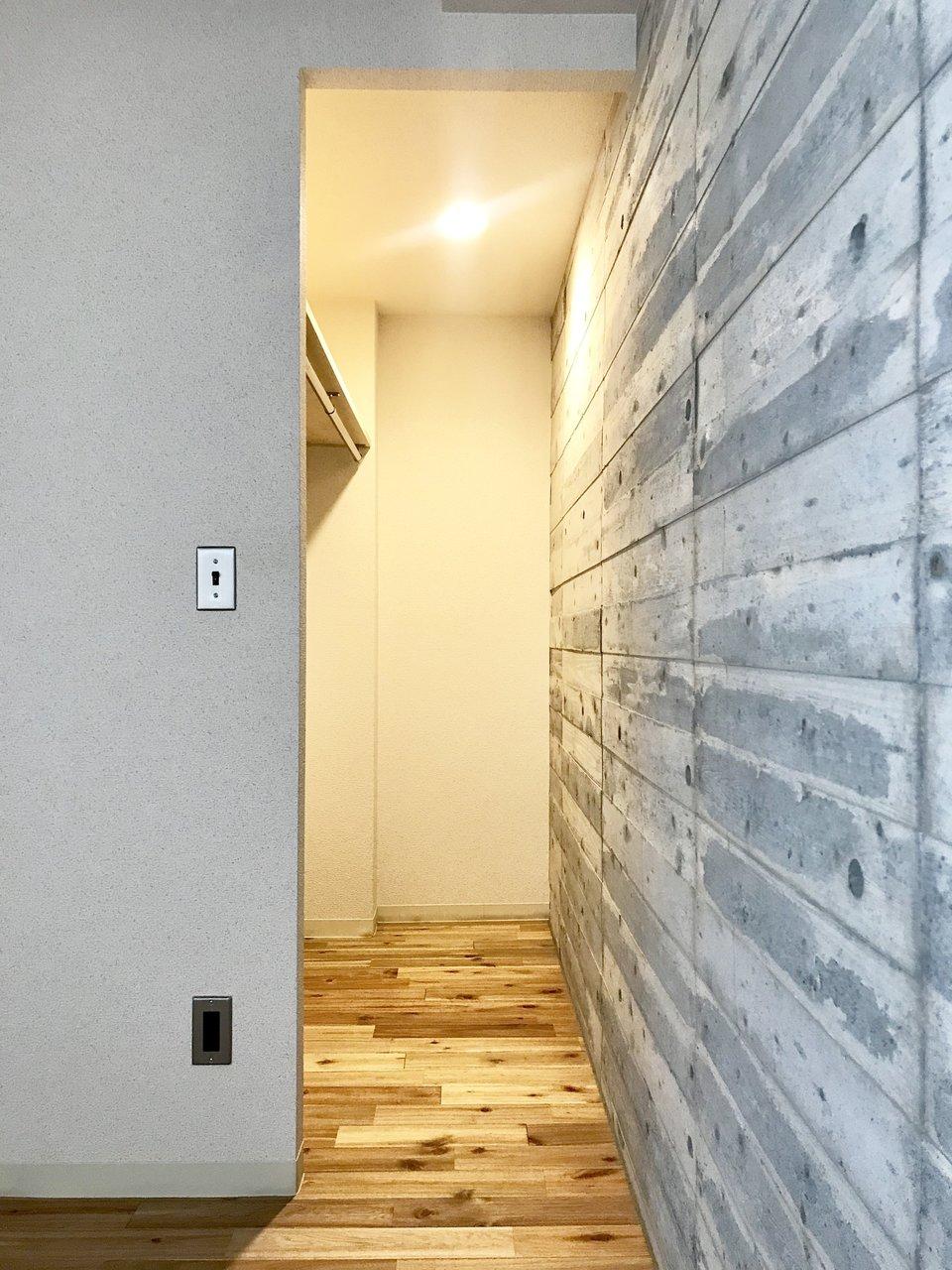 収納は寝室の奥にあるウォークインタイプを。奥までたっぷり収納できそう!