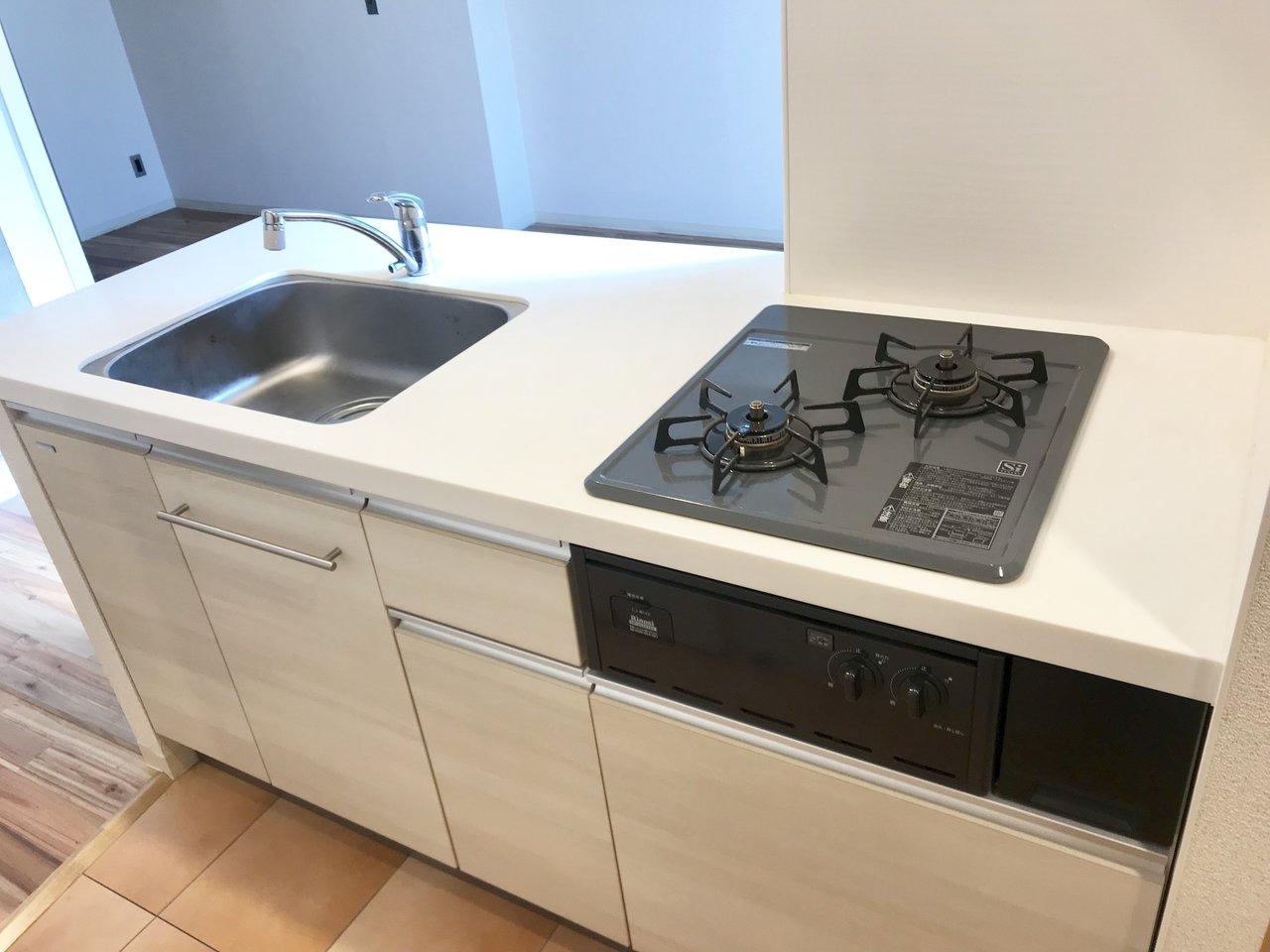キッチンは白を基調とした造り。2口コンロ、シンク広々、さらに対面キッチン!料理するのが楽しくなりそう。