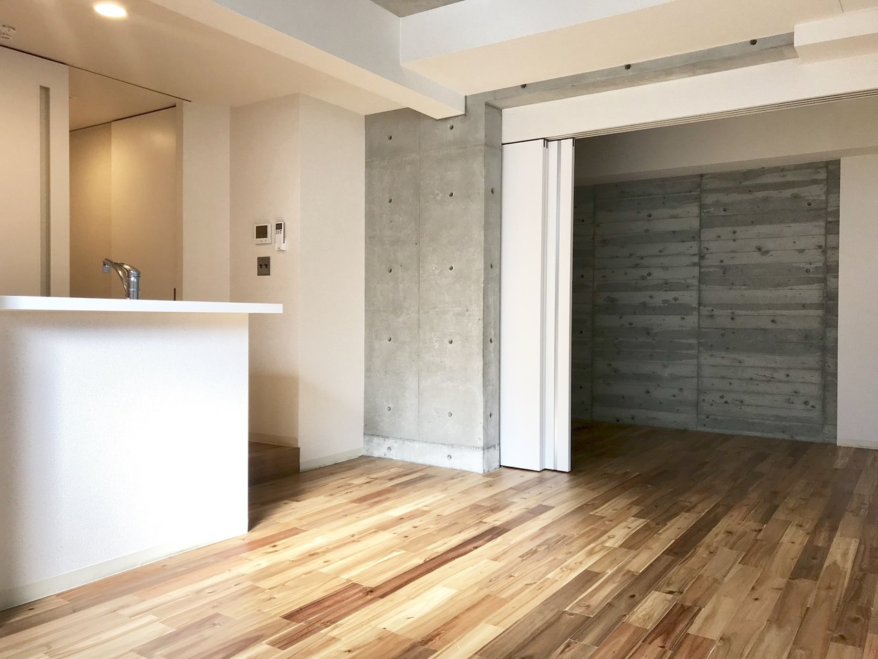 みんな大好き、無垢床のお部屋!肌触り、木の香り。木目とコンクリート打ちっ放しの壁のコントラストもいい感じ。