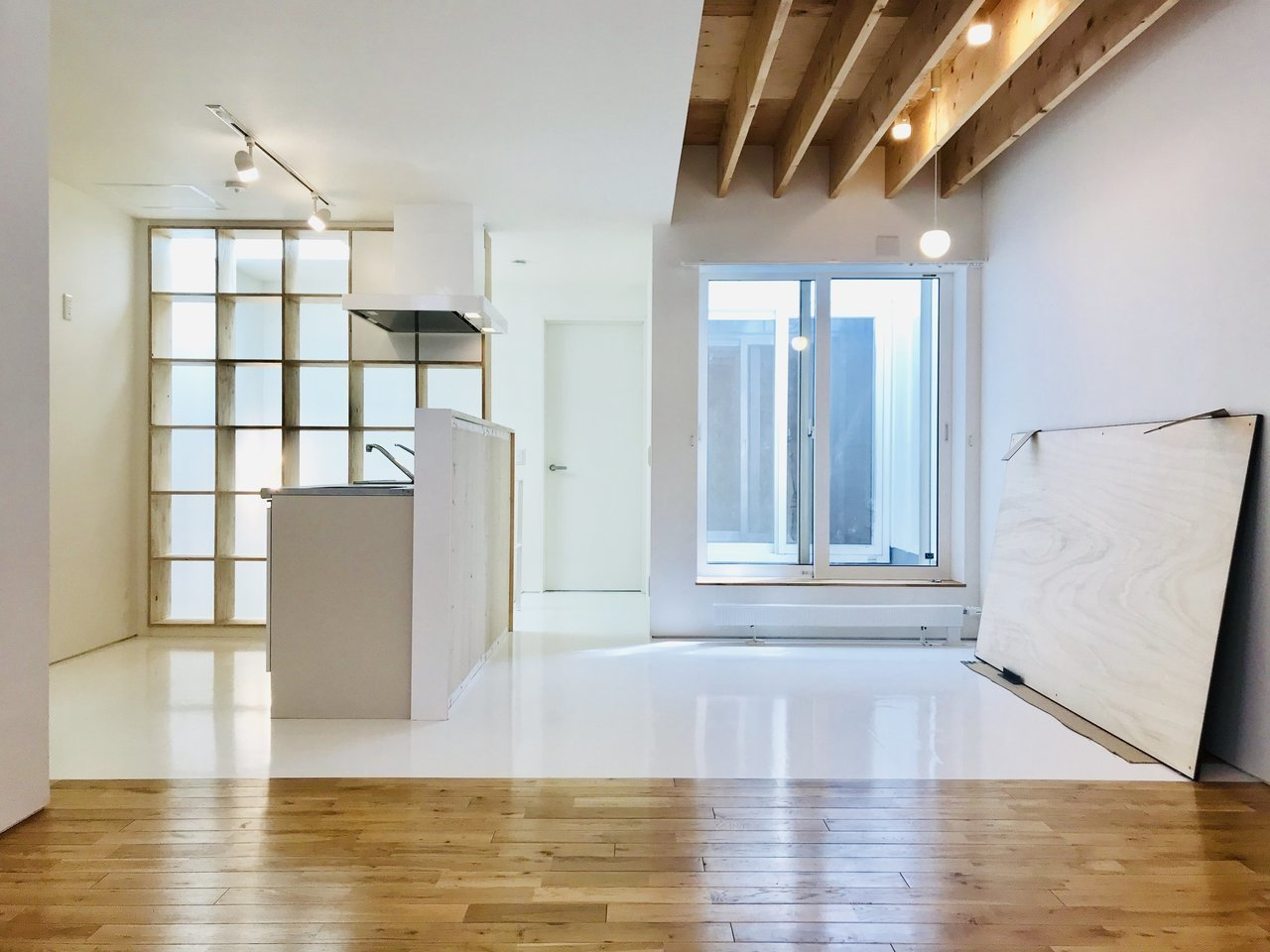 最後は3LDKでメゾネットタイプのテラスハウス。ファミリータイプのお部屋をご紹介。天井が高く、ふんだんに使われた木材が印象的な、広々14.7畳のリビングです。