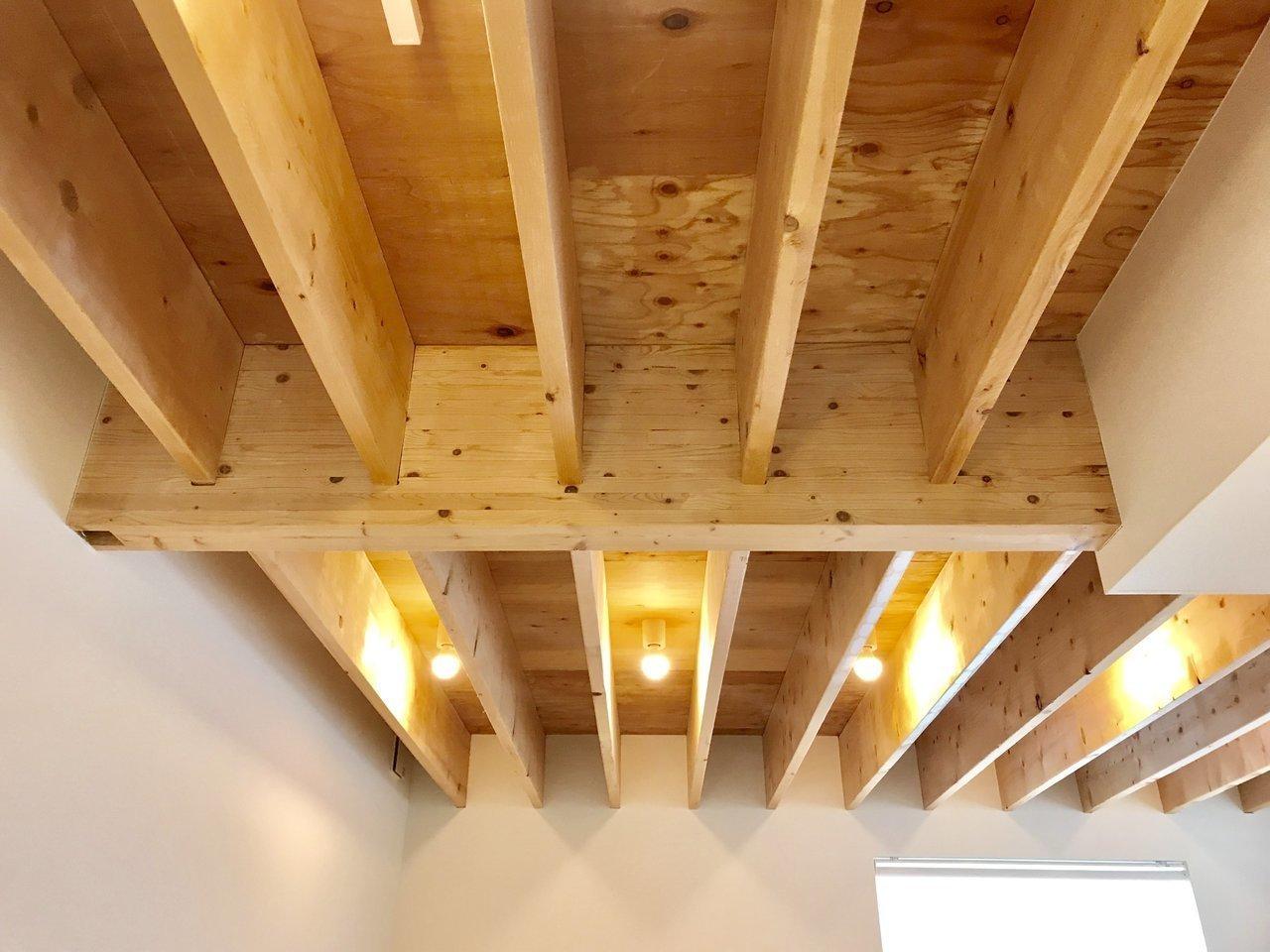 なによりこの、木製ルーバーの天井に圧倒されますね。