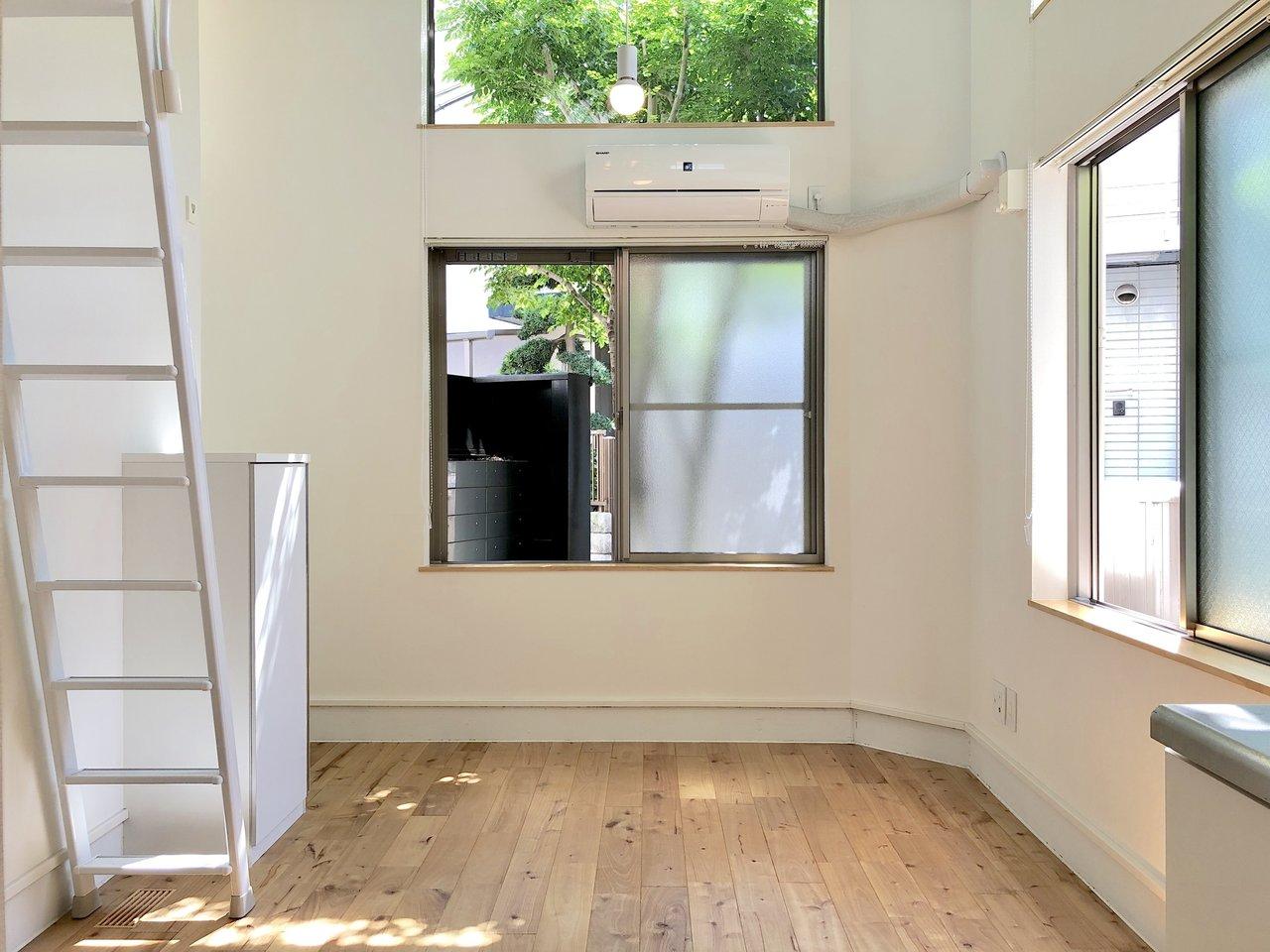 ロフトがある分、天井が高め。窓も多く、とっても開放感があります。フローリングの木目とブルーのバランスがよく、ナチュラルな家具が合いそうです。
