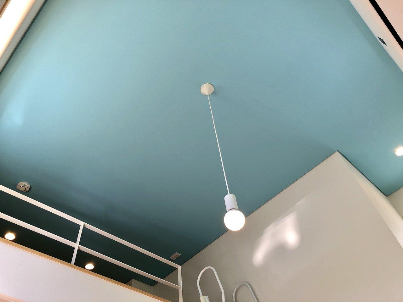 天井からはライトが吊るされています。下から見上げれば、なんだか海にライトが浮かんでいるみたい……