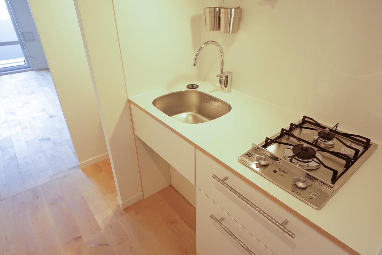キッチンも、コンパクトながらシンク+作業スペース+コンロ2口の設備は完備。料理をさぼってしまいがちの人は、このくらいは最低ないと続かないですもんね。