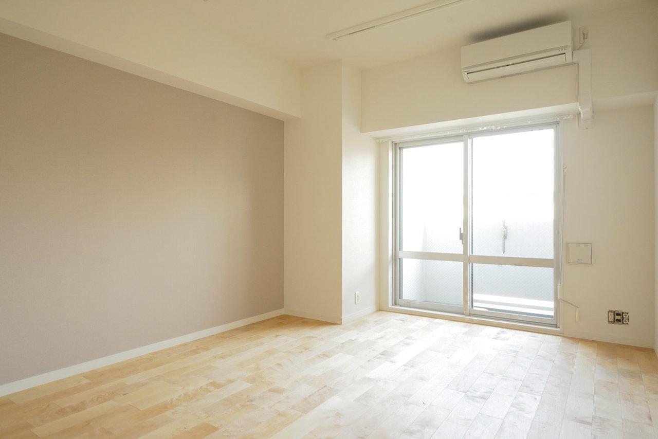 goodroomのオリジナルリノベーション「TOMOS」仕様のこちらのお部屋。TOMOSでは、必ずリビングは、こうしてナチュラルなテイストの壁紙を施すんです。無垢床との相性も抜群。