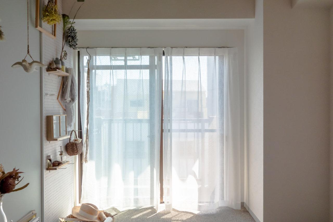 窓際には有孔ボードがあります。小物入れやもちろんお花も。あなたの個性を出す場所になりそうです。(※家具・小物はサンプルです)