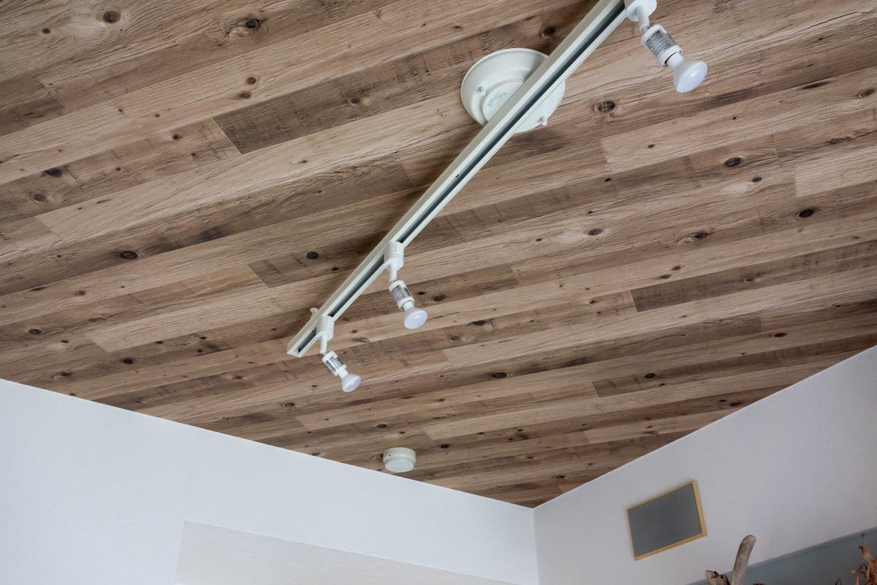 天井まで木目を採用するこだわりよう。シーリングライトで雰囲気を出しましょう。