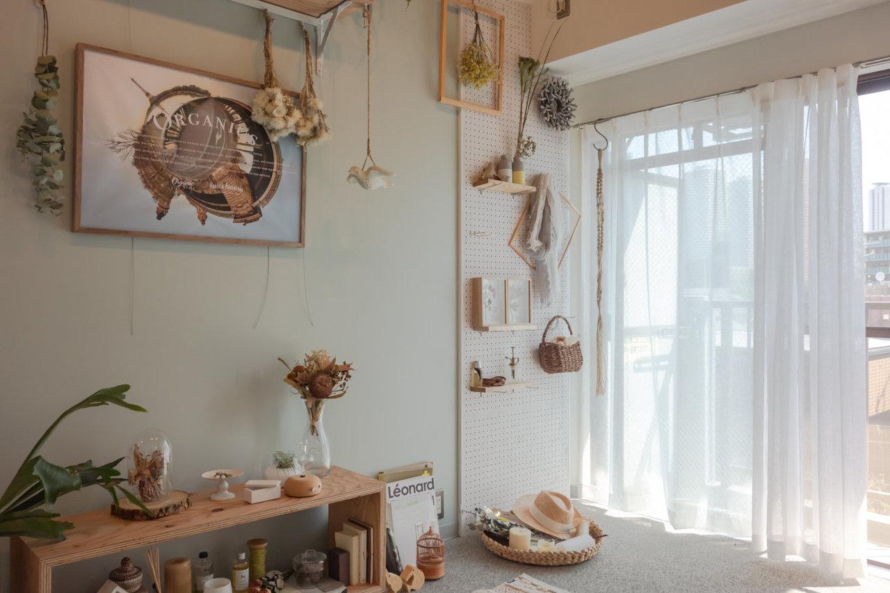 お部屋のコンセプトは「ボタニカル」。インテリアグリーンが引き立つよう、塗壁風のホワイトクロスと、淡い色調のアクセントクロスを採用しました。(※家具・小物はサンプルです)
