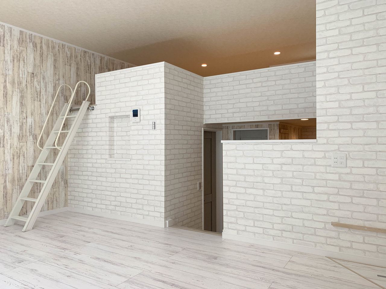 ロフトへの階段も低めなのがうれしいですね。リビングに上がるまでにもいくつかステップがあり、平米数の割には広く感じられるお部屋です。