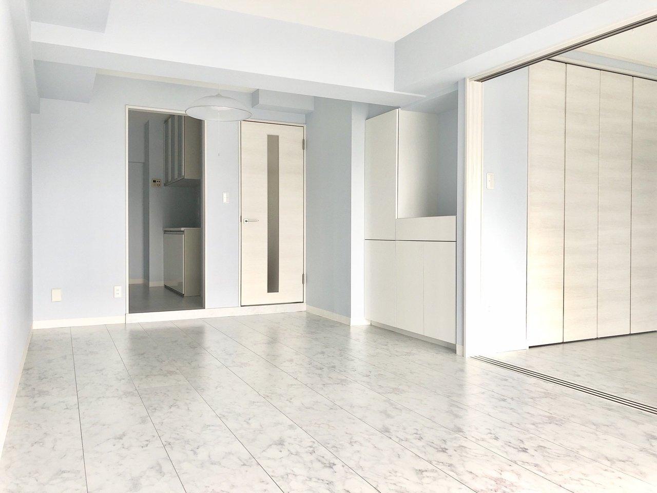 リビングの床面も、大理石風。壁の爽やかブルーによく合います。白などの同じ色合いのものインテリアでもいいですし、あえて温かみをプラスする、木目調のものでもいいとおもいます。